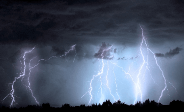 【雷の対策】家の中は安全か?注意点4つ|家電・ブレーカー・コンセント